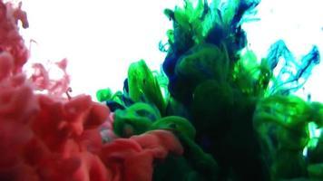 Pinturas de tinta de colores rgb abstractos extendiéndose en textura de agua video