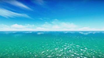 o lindo oceano aberto sob um céu azul profundo video