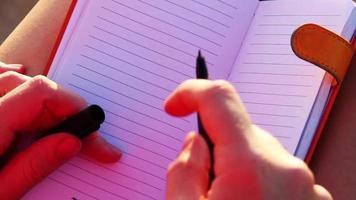 Eine Frau schreibt, ich vermisse dich im Notizbuch