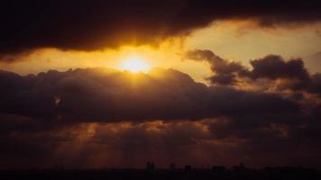 a luz do sol em um lindo céu nublado