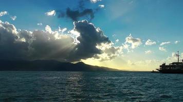 El muelle y los transbordadores y el lapso de tiempo de las nubes.