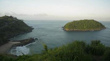 scenario del mare delle andamane al mattino sulla costa occidentale di phuket, thailandia. video