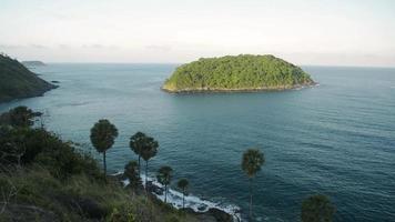 paisaje del mar de andaman por la mañana en la costa oeste de phuket.