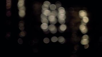 luces bokeh sobre el agua en la noche