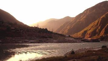 nascer do sol sobre as montanhas e o rio Indus fluindo video