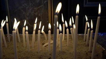 fuego ardiente de las velas en una iglesia video