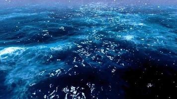 queda de neve nas belas ondas do mar azul video