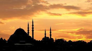 sagoma di una moschea al tramonto video