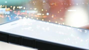 mão de negócios usando smartphone em luz desfocada com lapso de tempo