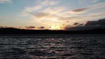 tarde en el cielo y el lago