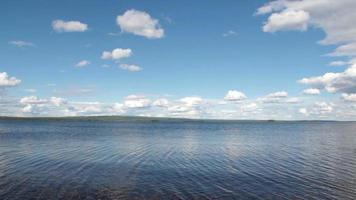 lago y cielo durante el verano.