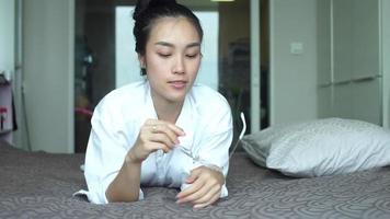 close up retrato joven asiática riendo en la cama.