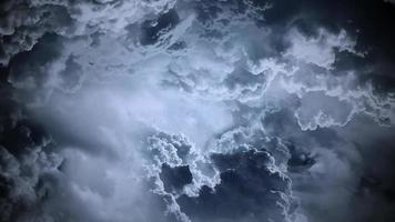 nuvens escuras - voo através das nuvens