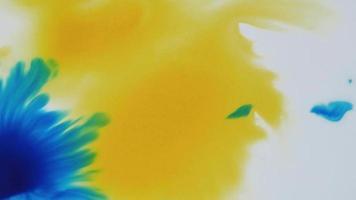 acuarela líquida en amarillo y azul