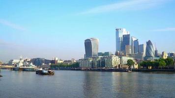 fiume Tamigi con il quartiere finanziario di Londra City