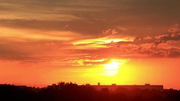 die rote Sonne hinter den Wolken