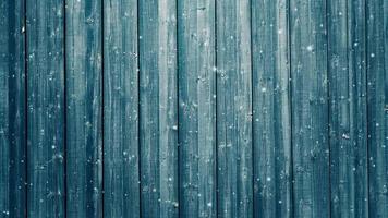 tablones de madera y nieve que cae