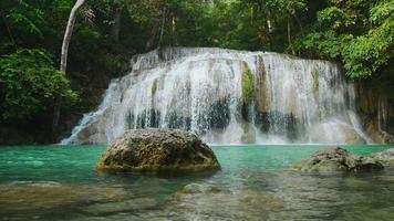 Erawan Wasserfall im Wald Kanchanaburi, Thailand video