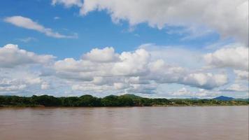 cielo azul y nubes en el río mekong