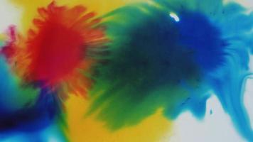 tintas líquidas de acuarela en naranja, amarillo y azul