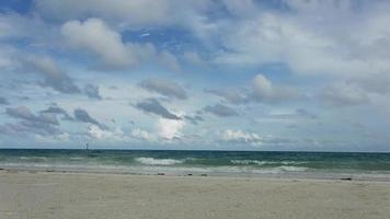 verão praia e céu azul video