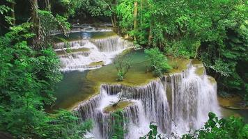 Huay mae khamin cachoeira na floresta perene