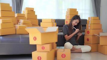 mulher asiática pronta para caixas de transporte video