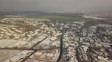 drone voando sobre aldeia nevada em 4k
