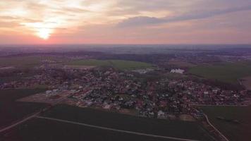 vista aérea del pueblo al atardecer en 4k video