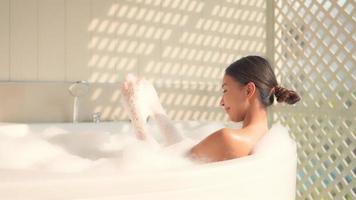 mulher relaxando em um banho de espuma