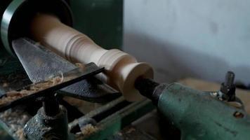 carpintero corta una pieza en un torno