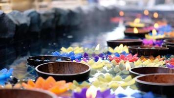 velas de flores flutuando na bacia de água video