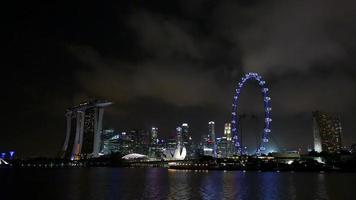 horizonte de la ciudad de Singapur en la noche