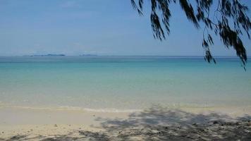praia deserta em um dia ensolarado