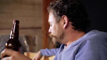 el hombre está bebiendo cerveza de una botella video