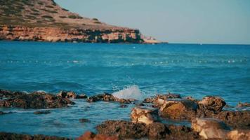 Meereswellen krachen auf Felsen
