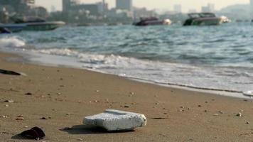 playa con caucho plástico y desechos. video