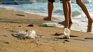 El caucho plástico y los desechos se dejan en la playa.