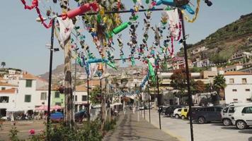 caminando por una hermosa calle decorada, madeira, portugal.