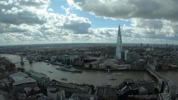 Horizonte de la ciudad de Londres con el río Támesis video