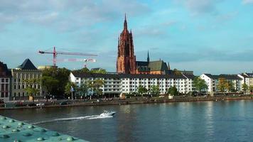 barco está passando no rio principal em frankfurt, alemanha video