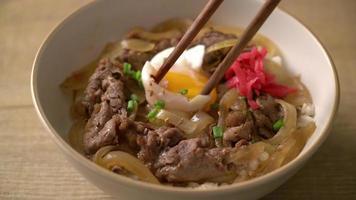 carne de res cortada en un tazón de arroz cubierto