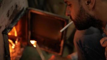 homem acendendo um cigarro video