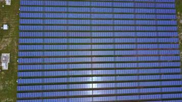 Granja solar con luz solar, energías renovables. video