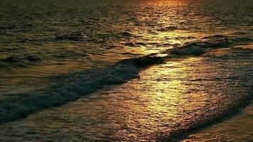 de zee en prachtig zonlicht op golven