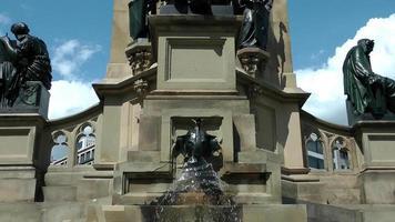 fontana d'acqua e la statua