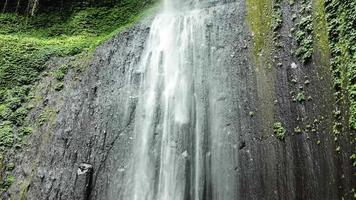 cascada escondida en indonesia
