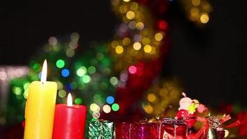 caixas de presente e luz de velas em um fundo romântico bokeh video