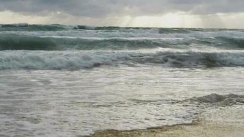 cámara lenta de agua de mar con olas grandes en phuket, tailandia.