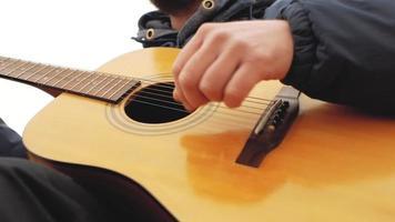 homem barbudo tocando violão e cantando video